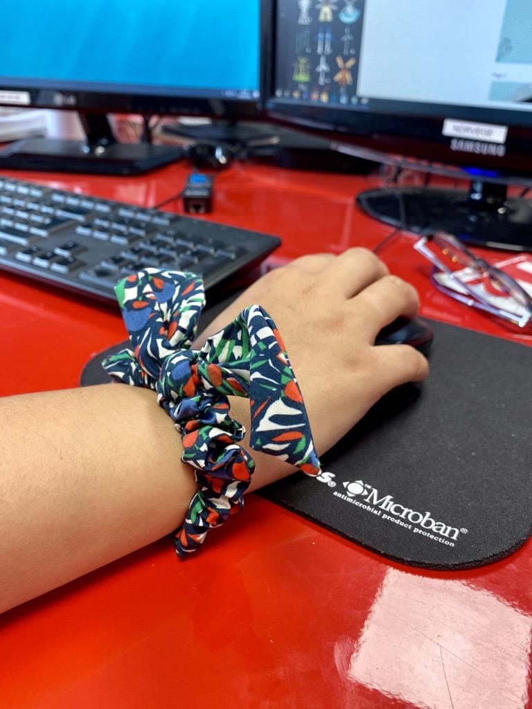 Ilana, assistante e-commerce a jeté son dévolu sur le chouchou nœud. Aussi beau en coiffure, qu'au poignet !
