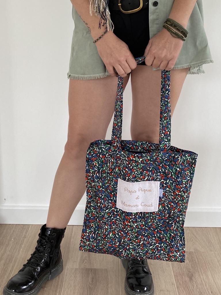 Stéphanie, Responsable du réseau boutiques, a choisi le tote bag Tulipes.